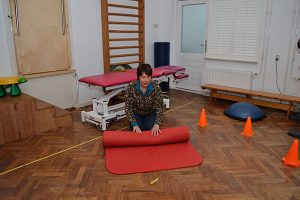 Fysiotherapie Leidschendam Voorburg Alette rolt matje op